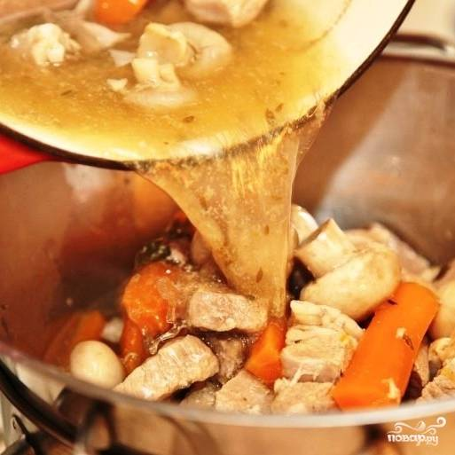 Получившийся бульон процеживаем. Лук, чеснок и букетик выбрасываем. Телятину, морковь и грибы перекладываем в какую-нибудь посуду, накрываем крышкой и полотенцем - чтобы не остыли. Процеженный бульон наливаем обратно в кастрюлю.