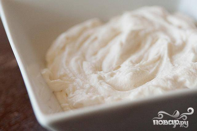 6. Приготовить крем. Для этого в миске миксером взбить сливки, сахарную пудру и ванильный экстракт в течение 3-5 минут, пока масса не загустеет.