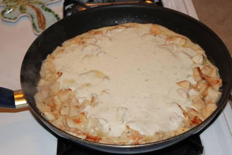 Добавляем к курице сметану. Солим и перчим. Можно добавить еще специй по вкусу. Тушим вместе примерно 2-3 минуты.