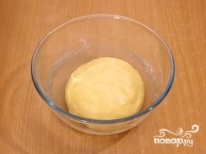 4.Добавляем теперь разрыхлитель и заранее просеянную муку. Начинаем вымешивать тесто.