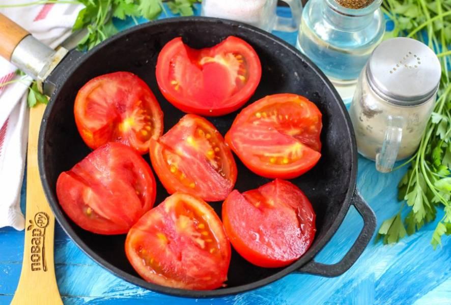 Промойте помидоры в воде, разрежьте их пополам или на четыре части, если плоды крупные. Оставьте целиком, если они мелкие. Вырежьте зеленые сердцевинки. Выложите половинки томатов в сковороду с высокими бортиками.