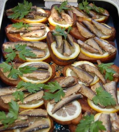 Украсьте бутерброды свежей петрушкой. Приятного аппетита!
