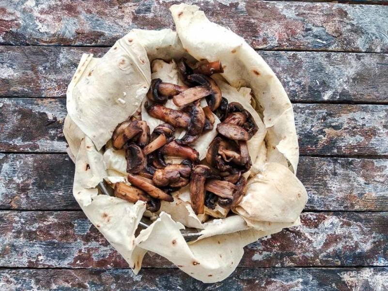 Далее выложите жаренные грибы.