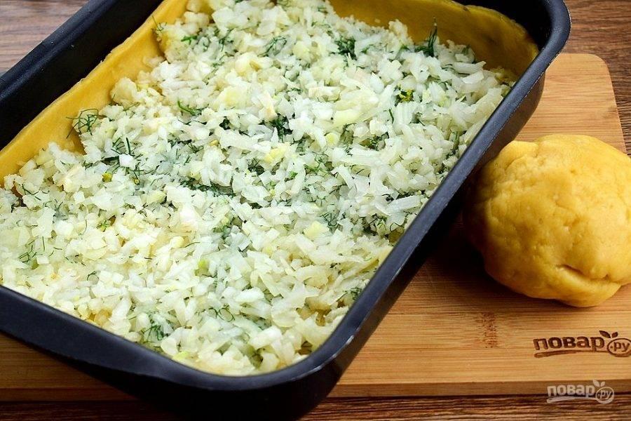 Выкладывайте начинку слоями. 1-ый слой: картофельное пюре; 2-й слой — половина лука;