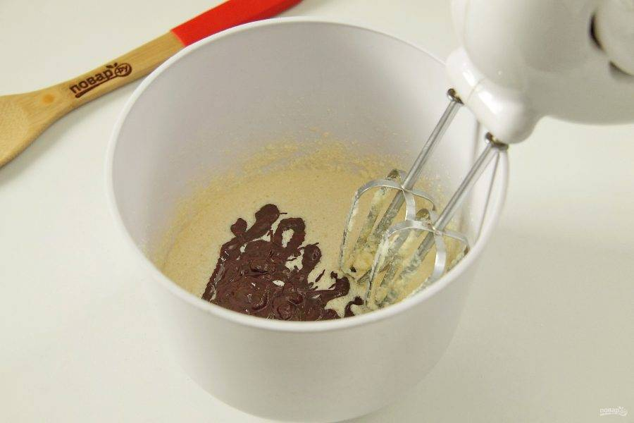 Добавьте остывший шоколад.