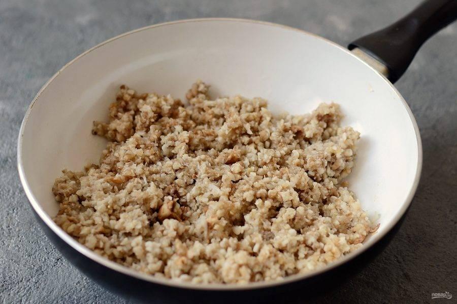 Грибы помойте, затем прокрутите в мясорубке до состояния крупного фарша. Либо измельчите их в кухонном комбайне. Добавьте грибы в сковороду, посолите и поперчите. Жарьте до испарения жидкости, периодически помешивая.  Затем остудите начинку.