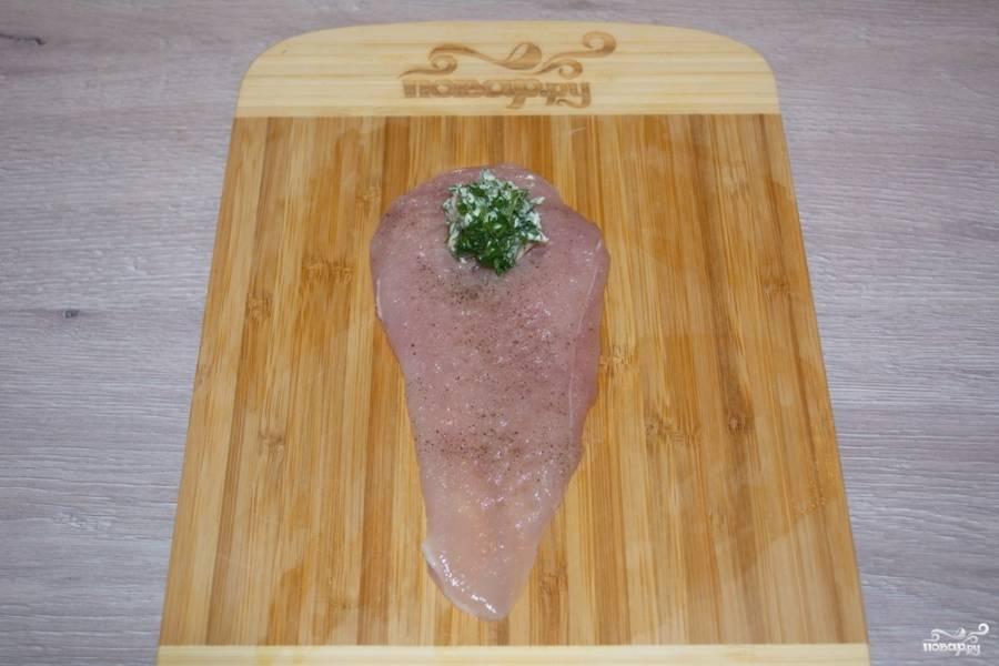 Подготовленную массу  (около 1 ч. ложки) выложите на край подготовленного филе. Сверните филе рулетиком.