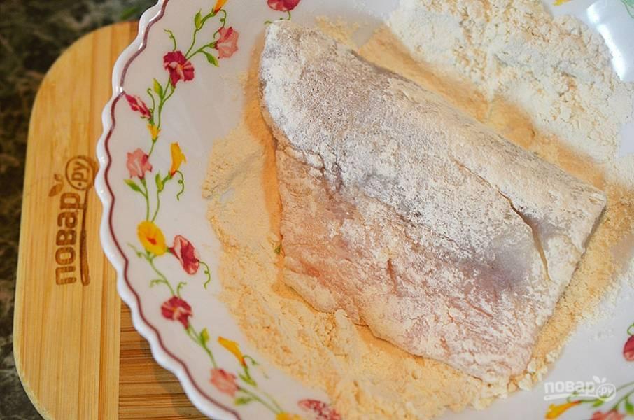 4. Сначала рыбное филе обваляйте в муке, смешанной с солью и перцем.