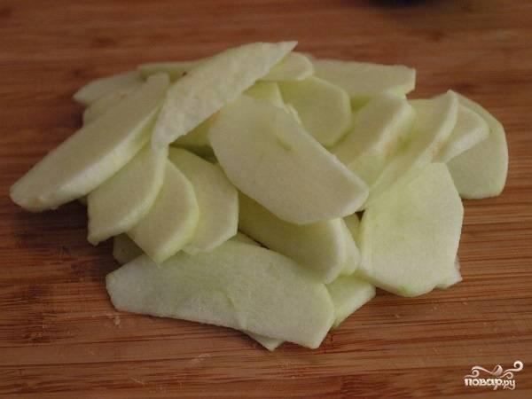 2. Параллельно очистите от кожуры яблоки, нарежьте их тонкими пластинками.