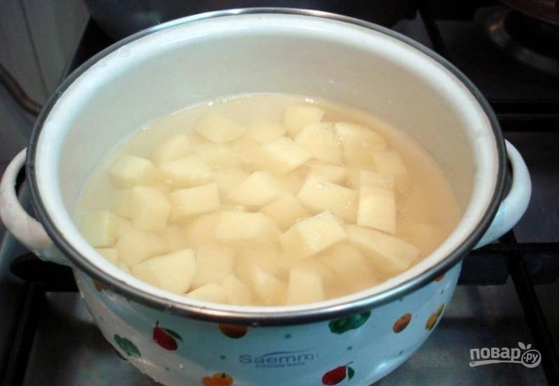 Отдельно отварите очищенный, промытый и нарезанный картофель (до готовности).