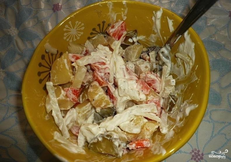 Завершающий этап приготовления — это заправка салата. Обычно для заправки подобных салатов используют майонез. Но на этот раз я решила использовать свежую сметану. Нужно сказать, что она ничем не хуже подходит сюда. Перемешайте все ингредиенты и подавайте к столу.