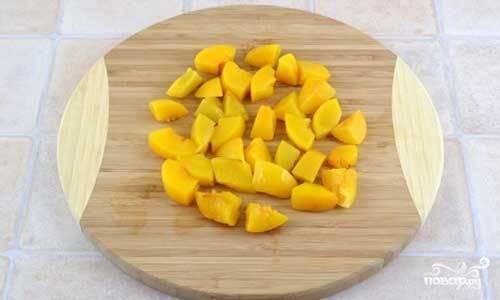 2.Персики (можно использовать как свежие, так и консервированные) нарежьте не очень мелкими кусочками.