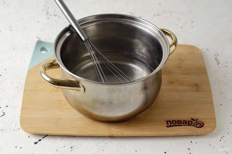Для маринада вскипятите воду с солью и сахаром. Когда они полностью растворятся, добавьте уксус и снимите с плиты.