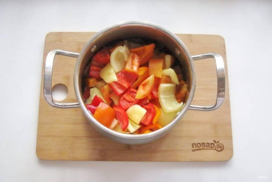 Выложите в кастрюлю с маринадом нарезанный перец.