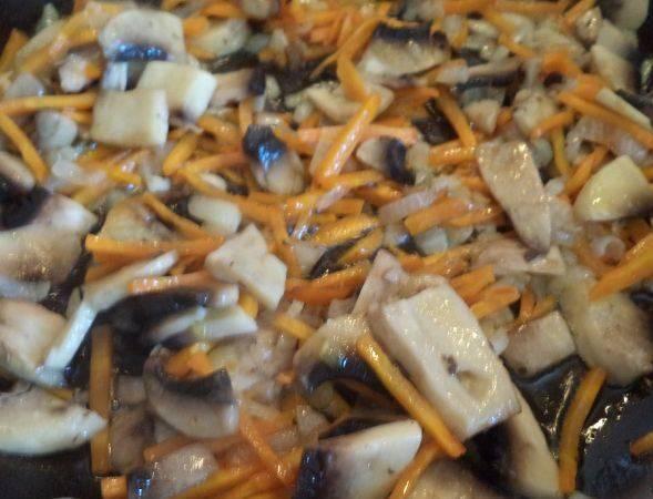 Затем добавьте грибы, перемешайте и тушите еще пару минут.