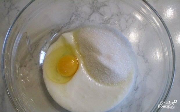 2.В миске смешиваем простоквашу, яйца и сахар.