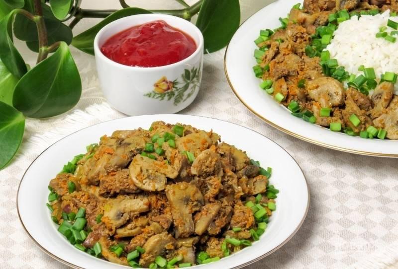 Тушите блюдо 20 минут под закрытой крышкой, а потом ещё 10 минут с открытой. Добавьте соль и перец. Подавайте салат в тёплом виде с зелёным луком. Приятного аппетита!