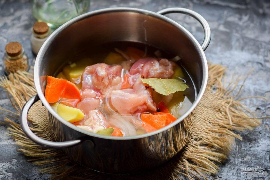 Влейте в кастрюлю чистую теплую воду или любой бульон. Тушите картофель под крышкой 20 минут. Спустя время снимите пробу и отрегулируйте вкус.
