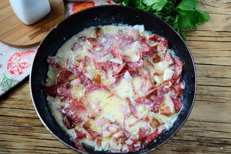 Влейте сливки, добавьте соль и перец по вкусу.