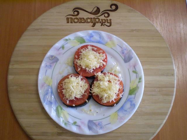 8. На помидор кладем тертый сыр.