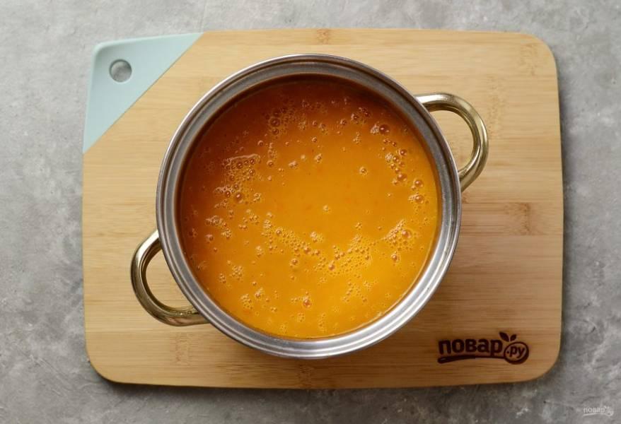 Измельчите суп блендером до состояния однородного пюре.