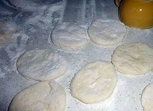 Оставляем тесто на пару часов подниматься. Через час приминаем его. Теперь тесто готово и его можно делить на кусочки.