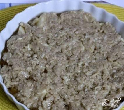 Поверх яблок ровным слоем выкладываем яблочное тесто.