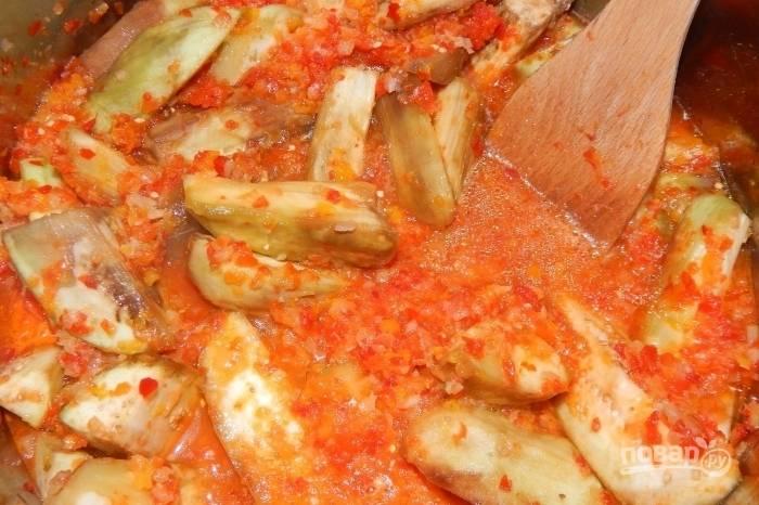 Тушите блюдо на медленном огне в течение 40 минут под крышкой, иногда помешивая.