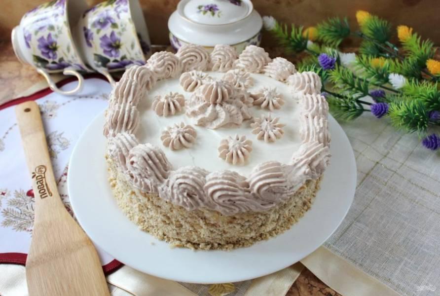 Сметанный торт с грецкими орехами готов. Дайте ему пропитаться 7-8 часов, а лучше ночь.
