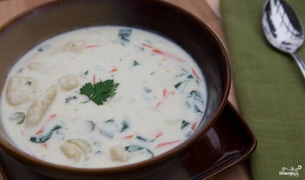 Готовый куриный суп с галушками подавайте украсив зеленью.