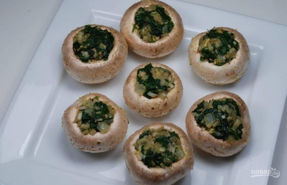 3. Начините овощной смесью шляпки грибов. Сверху посыпьте тертым сыром и панировочными сухарями.