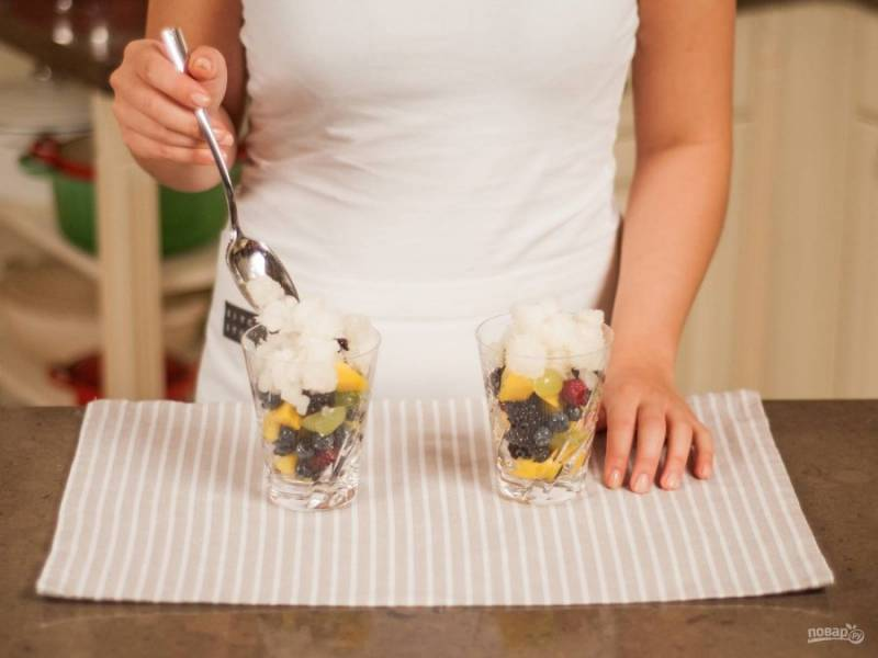 7.Подаю салат в бокалах: выкладываю фрукты, затем добавляю лед, что приготовил заранее. Сверху добавляю еще чайную ложку салата и сразу подаю к столу.