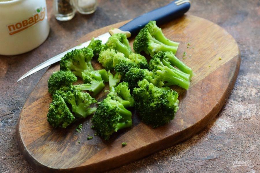 Брокколи отварите 3 минуты в подсоленной воде, после опустите в холодную воду. Нарежьте брокколи произвольно.