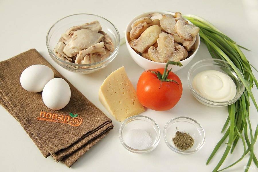 Подготовьте все ингредиенты. Окорочок заранее отварите в подсоленной воде, остудите и отделите мясо от костей. Яйца сварите вкрутую.