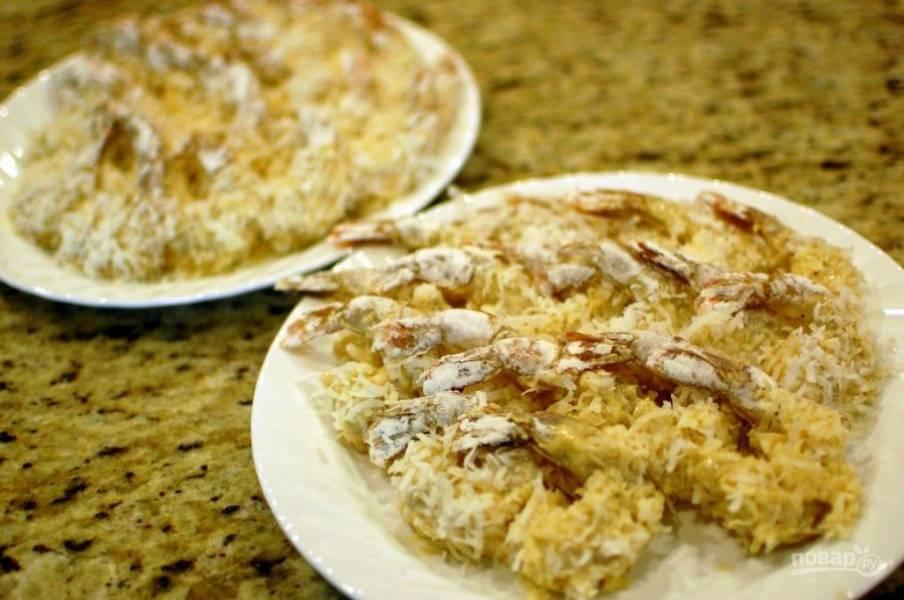 5.Насыпьте в тарелку кокосовую стружку. После теста обкатайте креветки в кокосовой стружке, положите на отдельную тарелку и отложите на 30-60 минут.