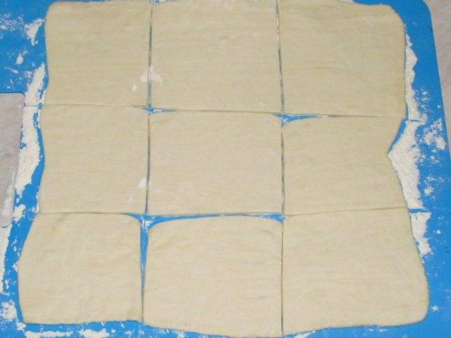 Тесто раскатываем и нарезаем на квадратики 7-9 см.