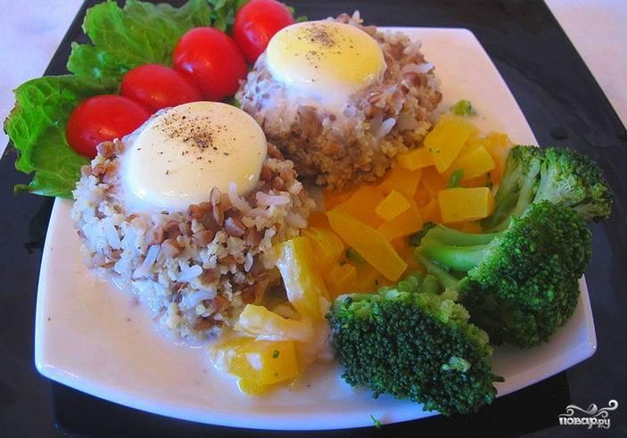 Готовые бифтексы выкладываем на тарелку, украсив свежими овощами. Приятного аппетита!