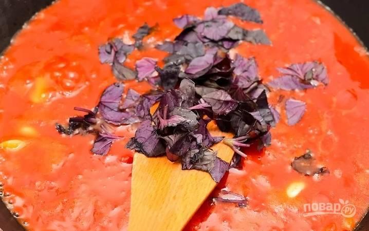 На сковороде с ложкой масла жарим раздавленные зубчики чеснока, добавляем томаты, сахар, уксус. Тушим 20 минут, добавляем порезанный базилик.