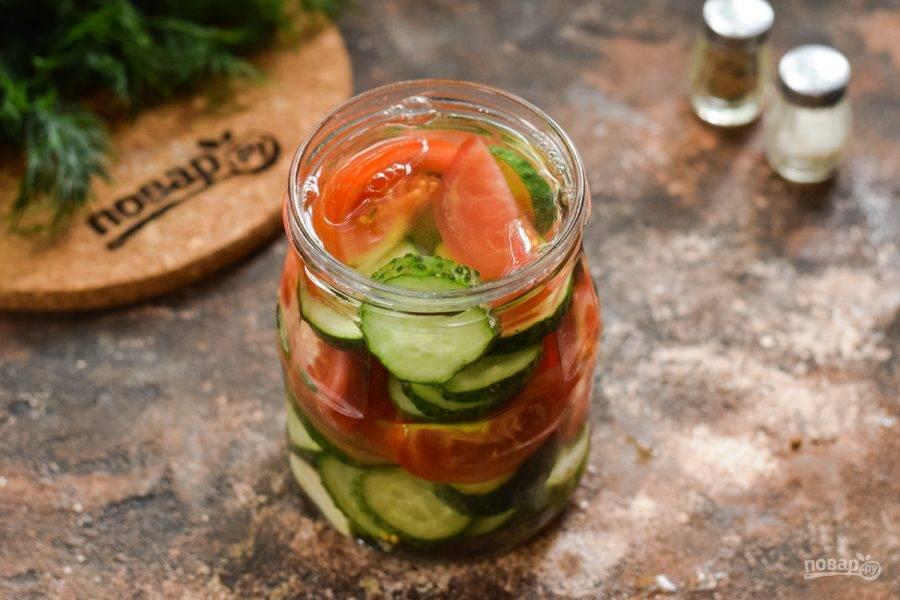 Стерилизуйте салат 15 минут с момента закипания воды.