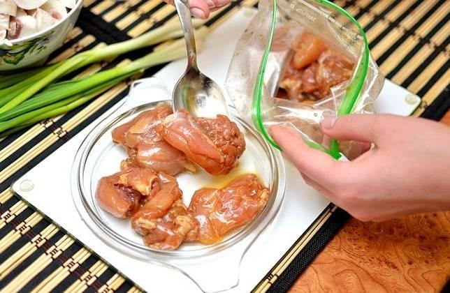 Курицу нарезаем небольшими кусочками и топим ее в маринаде, поместив затем в полиэтиленовый мешок.