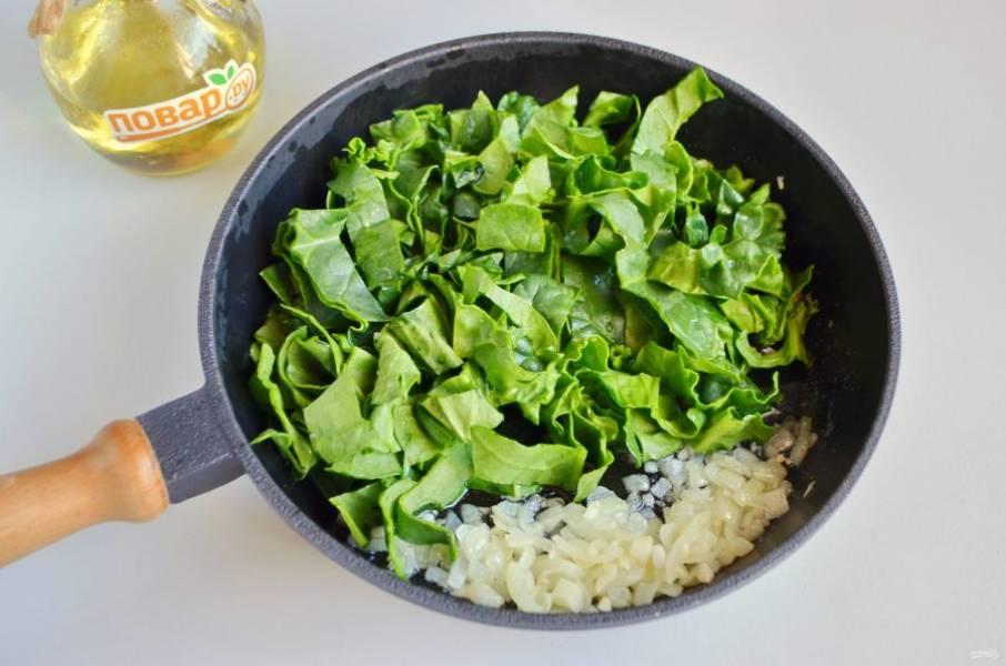 3. Порежьте лук и чеснок мелко, обжарьте до мягкости на растительном масле. Добавьте крупно порезанные листья шпината (веточки в еду не используются). Солить не нужно.
