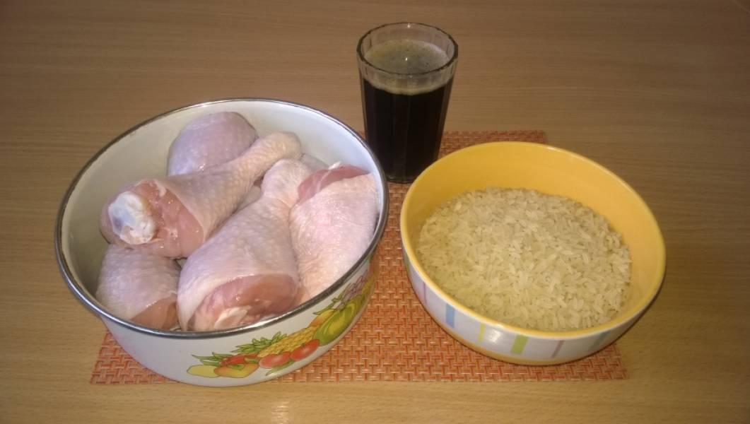 1. Подготовьте ингредиенты. Курица должна быть заранее помыта и замочена в 1 стакане пива со специями и солью на 3-4 часа. Рис промыт.