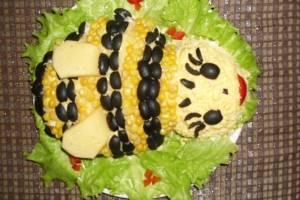 Крылышки делаем из твердого сыра. Даем салату пропитаться около 1 часа.