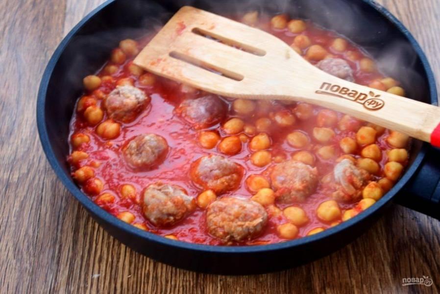 В это время куриный фарш соедините со специями по вкусу, солью и тщательно вымесите и сформируйте фрикадельки. Опустите их в кипящий бульон и варите в течение 15 минут под закрытой крышкой.