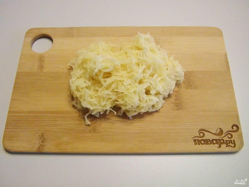 Вареный картофель натрите на самой мелкой терке. Если картофель мелкий, то его количество нужно немного увеличить.