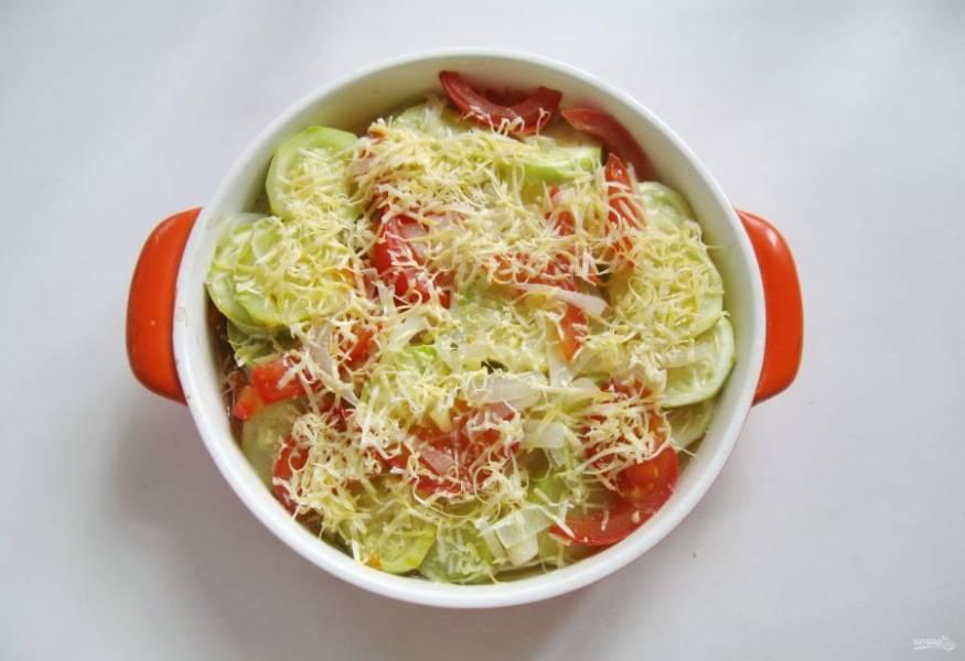 Достаньте запеканку из духовки. Натрите любой твердый сыр и посыпьте им блюдо.