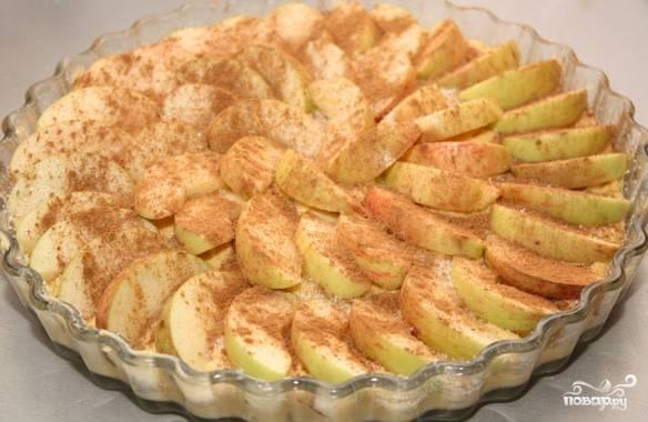 5. Посыпьте на яблоки корицу и сахар.