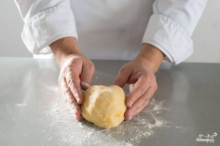 Медленно вводите муку в жидкость, помешивайте и разбивайте комочки вилкой. Сбейте тесто в шар. Долго вымешивать тесто нельзя, иначе оно начнет крошиться и ничего путного из такого теста не выйдет. Охладите тесто в холодильнике примерно 30 минут. Тесто готово.