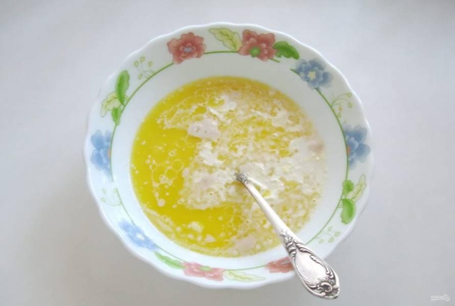 Добавьте ванильный сахар, еще 4-5 столовых ложек сахара, соль и растопленное сливочное масло.