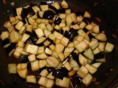 На отдельной сковороде обжариваем баклажаны. Соль и перец по вкусу.